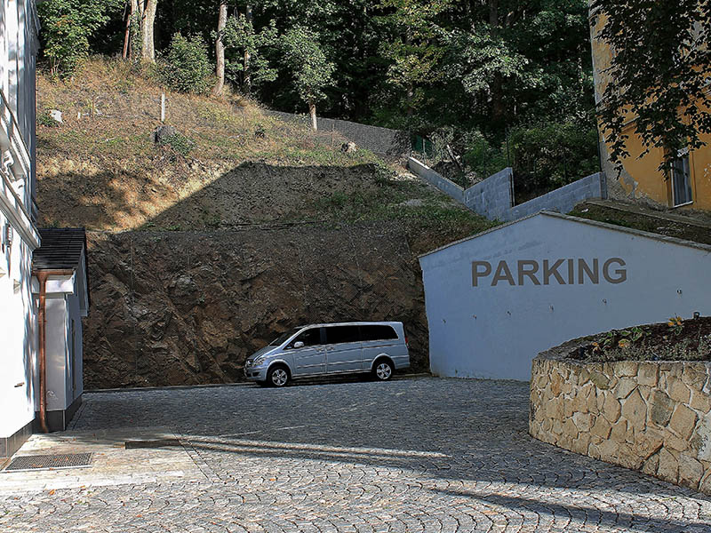 16. Parkoviště hotel Villa Patriot=Parkplatz Hotel Villa Patriot
